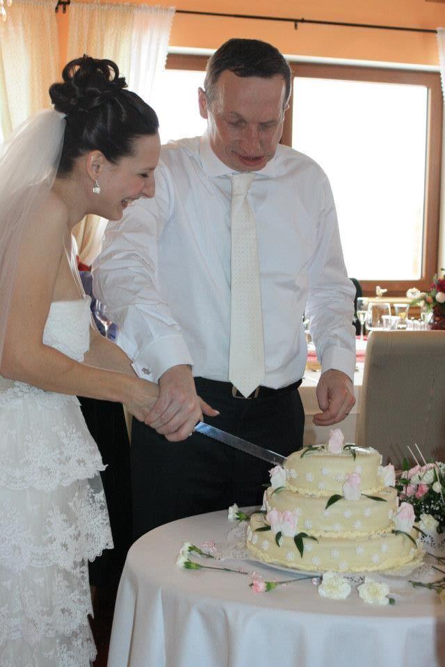 Novomanželé Klausovi porcují svatební dort