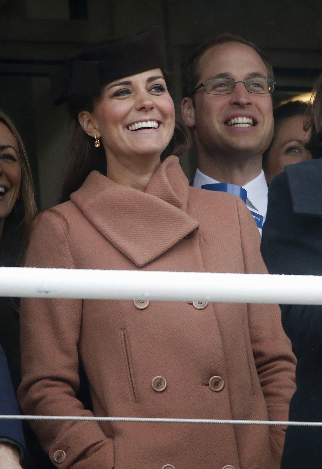 Princ William a jeho manželka Kate sledují průběh slavného dostihu v Cheltanhamu. Královský pár je známý svojí náklonností sportu. Loni spolu sledovali finále tenisového Wimbledonu a nechyběli ani mezi fanoušky na londýnské olympiádě.