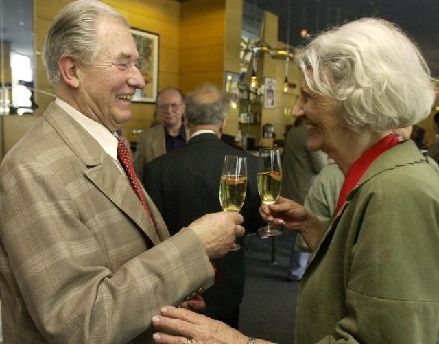 Bohumil Švarc s maminkou zesnulého moderátora Vladimíra Čecha Hedou v roce 2003