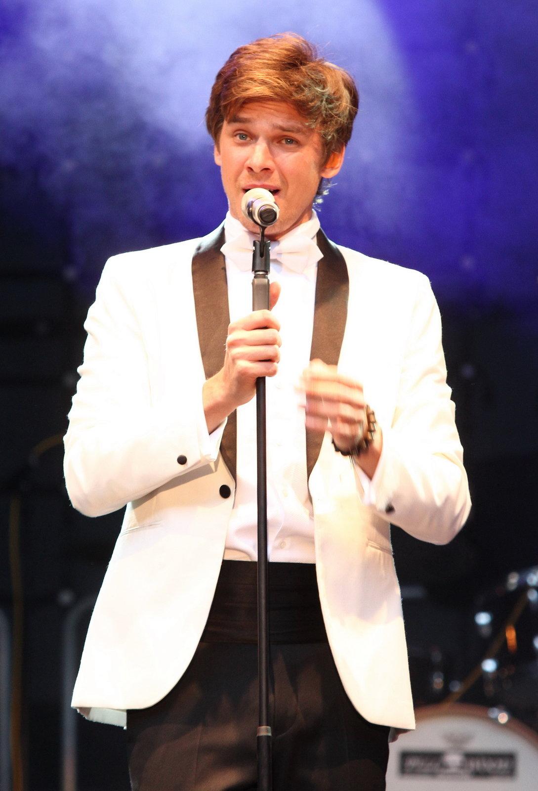 Novopečený táta Vojta Dyk se včera na koncertě ve Varech postaral o velkou show