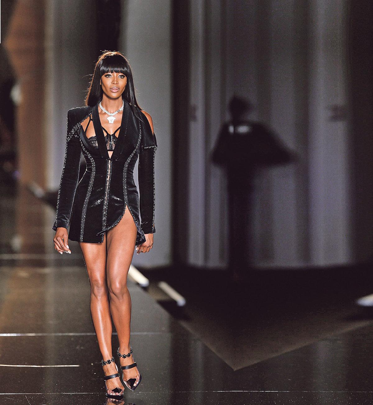 Okouzlující supermodelka Naomi Campbell byla hlavní hvězdou přehlídky Versaceho (2013)