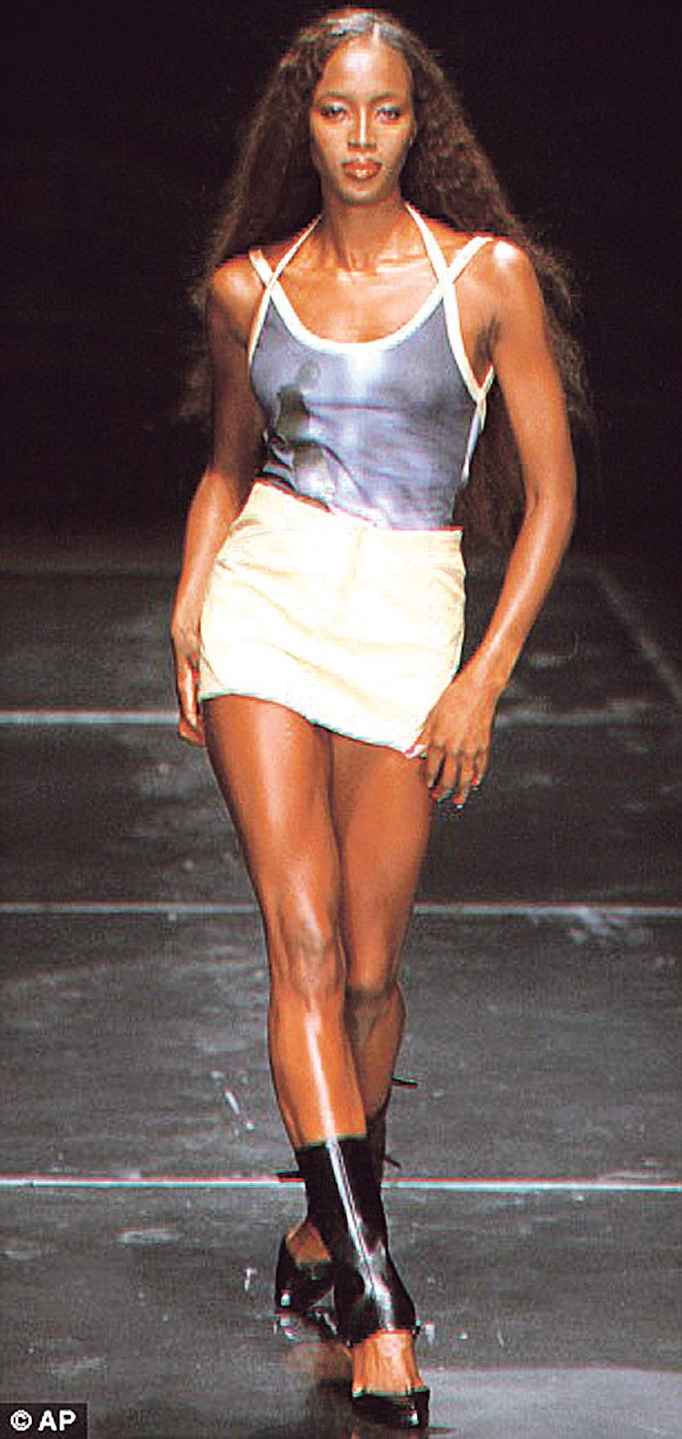 Před 14 lety přehlídku značky Versace rovněž zahajovala (1999)