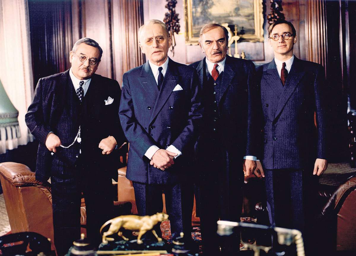 Panoptikum města pražského (1986) zleva: Detektiv Bouše (Josef Vinklář), Policejní rada Korejs (Jiří Adamíra), Detektiv Brůžek (Josef Bláha), Koncipient Souček (Ondřej Havelka)