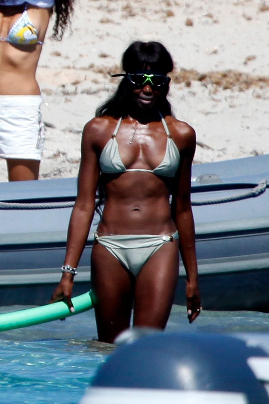 Naomi nasadila plavecké brýle a rázem se proměnila v příšerku