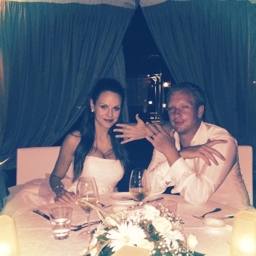 Už jsme svoji... Lukáš Dlouhý a Gabriela Bíšková ukazují prstýnky na svatební večeři