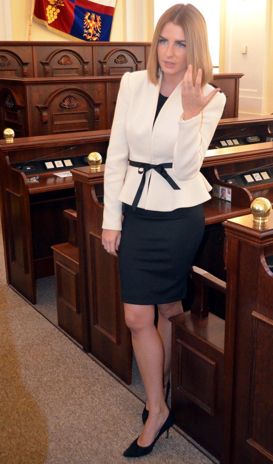 Katka se obléká elegantně, přesto je sexy