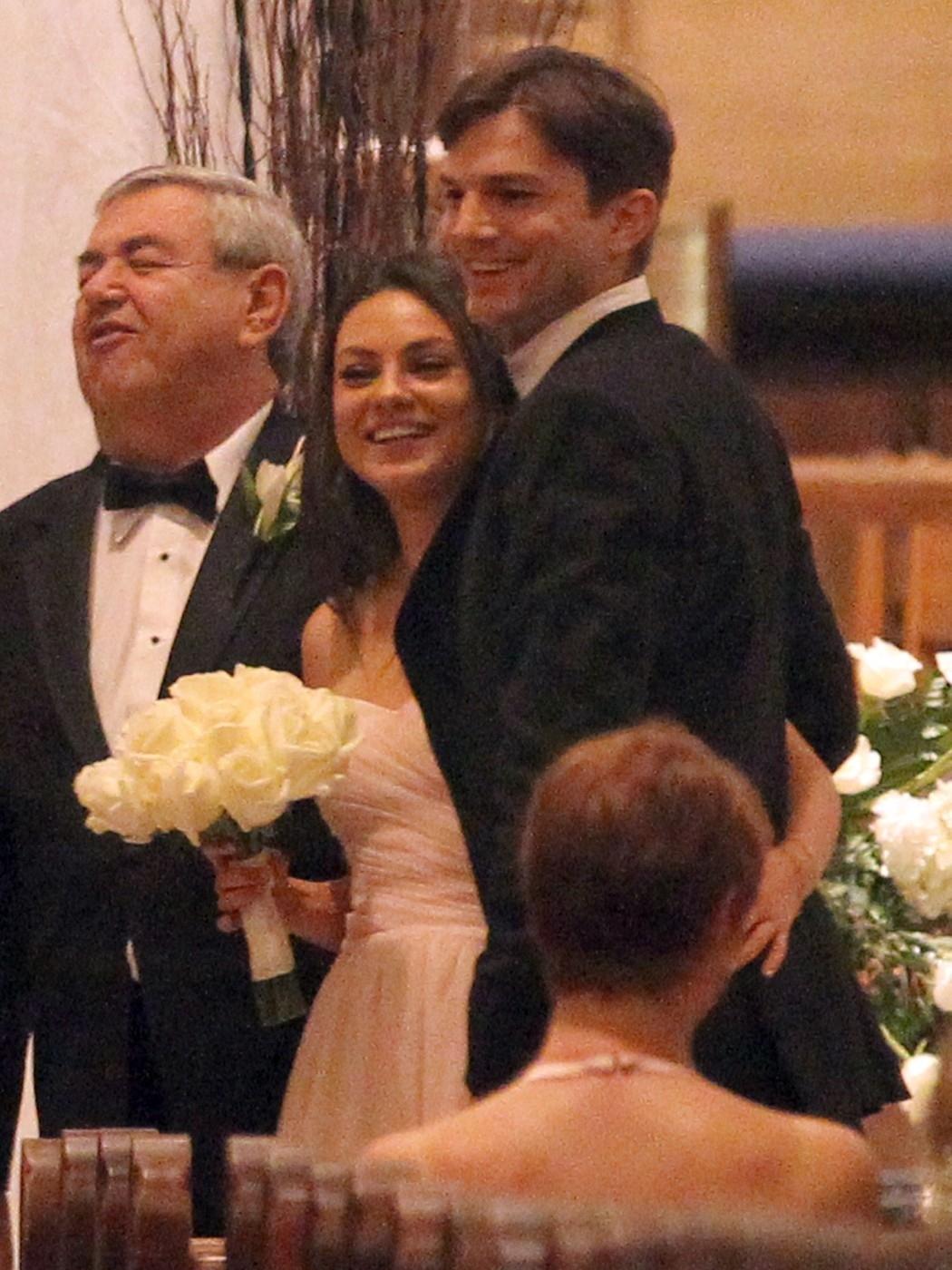 Mila Kunis v bílém a Asthon Kutcher v kvádru. Praštili snad do toho?