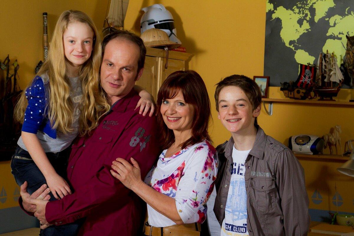 Jako Anička Lišková z Ulice se svou seriálovou rodinou.