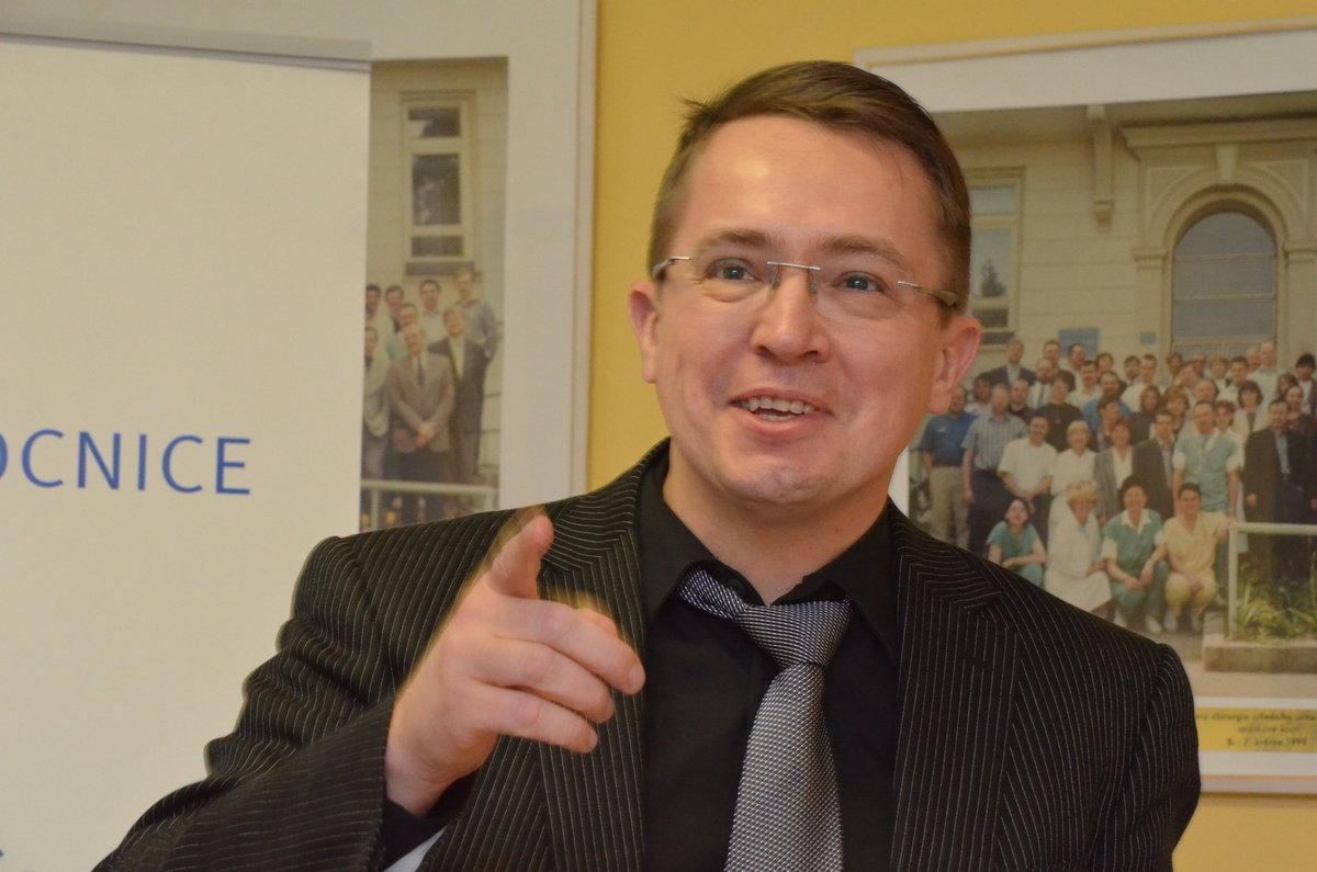 Roman Šmucler je veøejnosti znám jako zábavný moderátor z televize