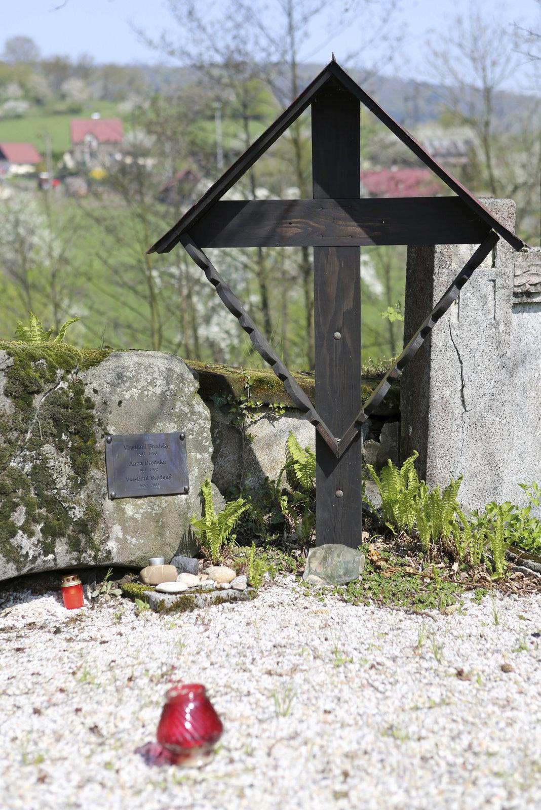 Brodský je pohřben se svými rodiči na vesnickém hřbitově na samém začátku obce.