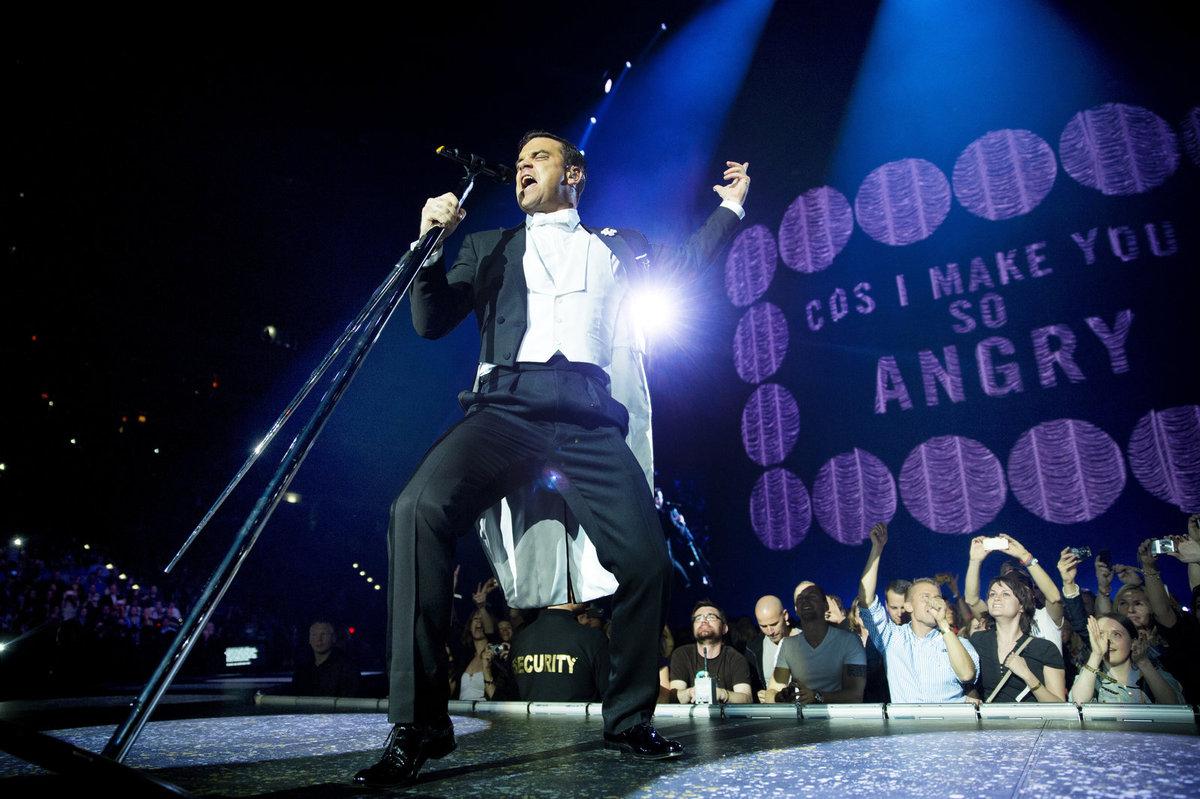 """Za doprovodu mnohačlenného big bandu Williams nabídl vedle svého zpěvu tanečníky, několik převleků, dětský sbor, scénu s vysokým schodištěm, iluzi operního domu, let nad hlavami diváků nebo džungli s opicemi. V efektním barevném show nechyběla ani """"svatba"""" Williamse s vybranou divačkou při převzaté písni That's Amore od Deana Martina."""