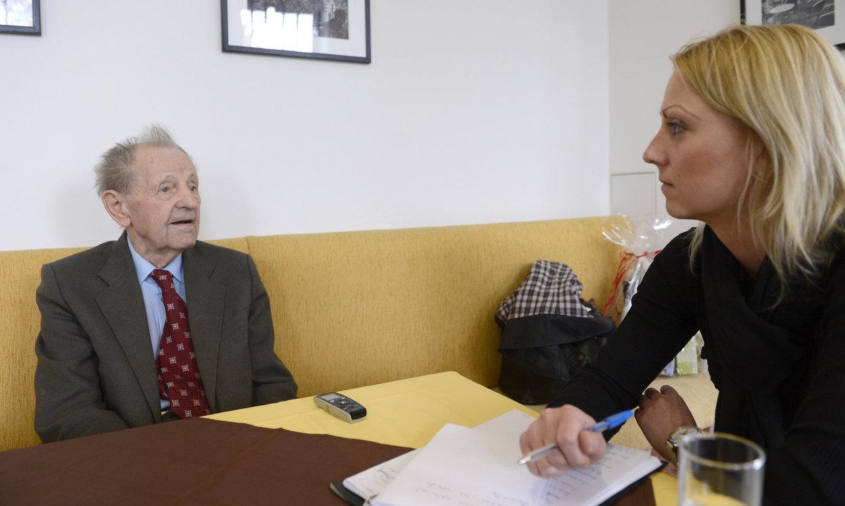 Jakeš během rozhovoru působil uvolněně. Zodpověděl každý dotaz.