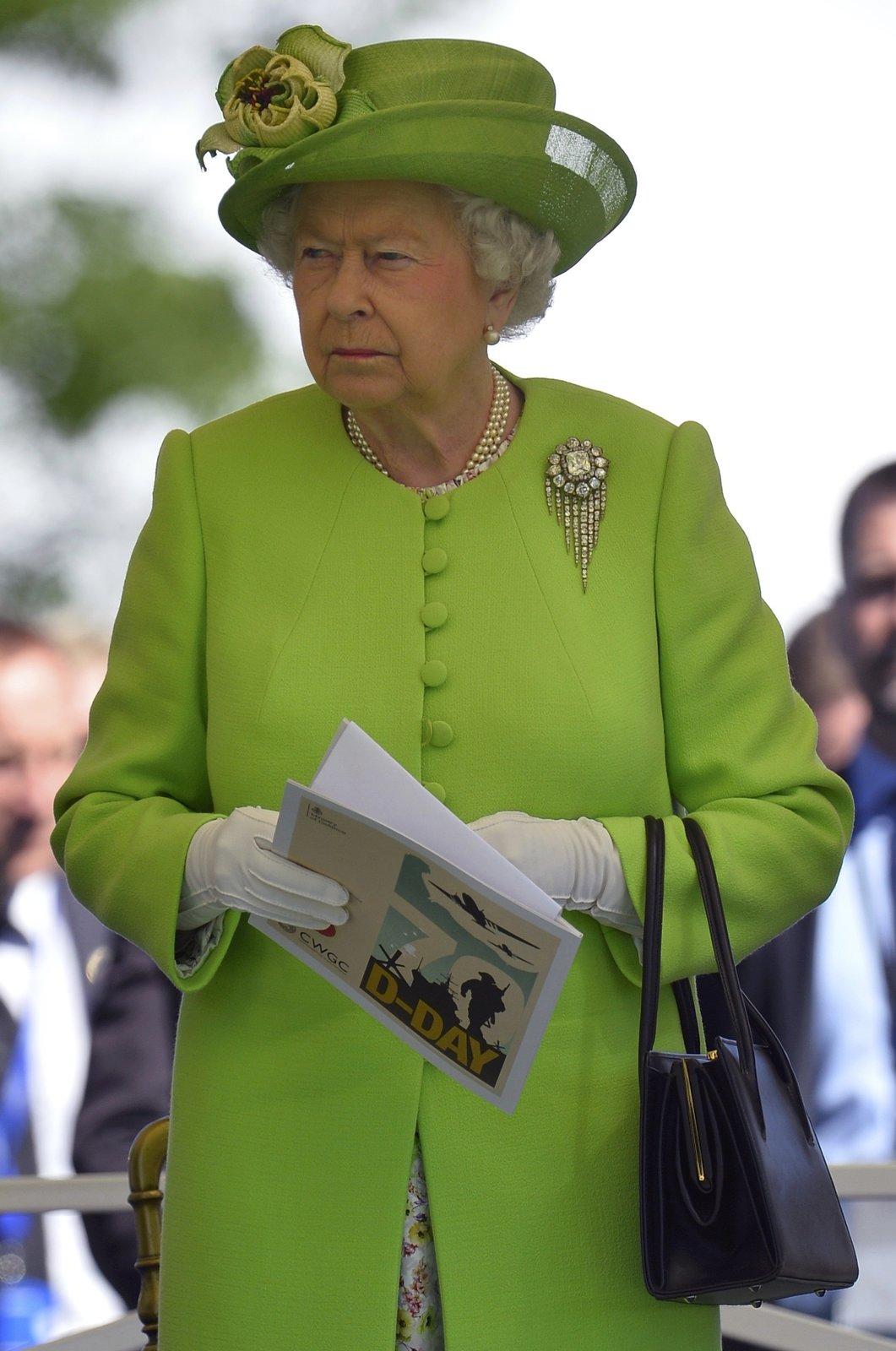 Královna Alžběta se oblékla na Den D do zelené