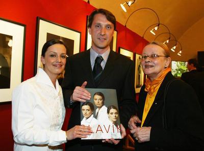Vzácná fotografie Brejchové s dcerou Terezou a zetěm Herbertem Slavíkem. (duben 2003)