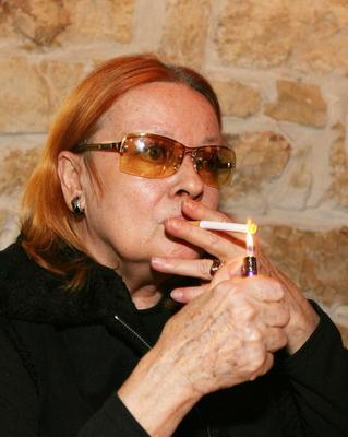 Herečka slavila v Solidní nejistotě 66. narozeniny. Samozřejmě s cigárem. (leden 2006)