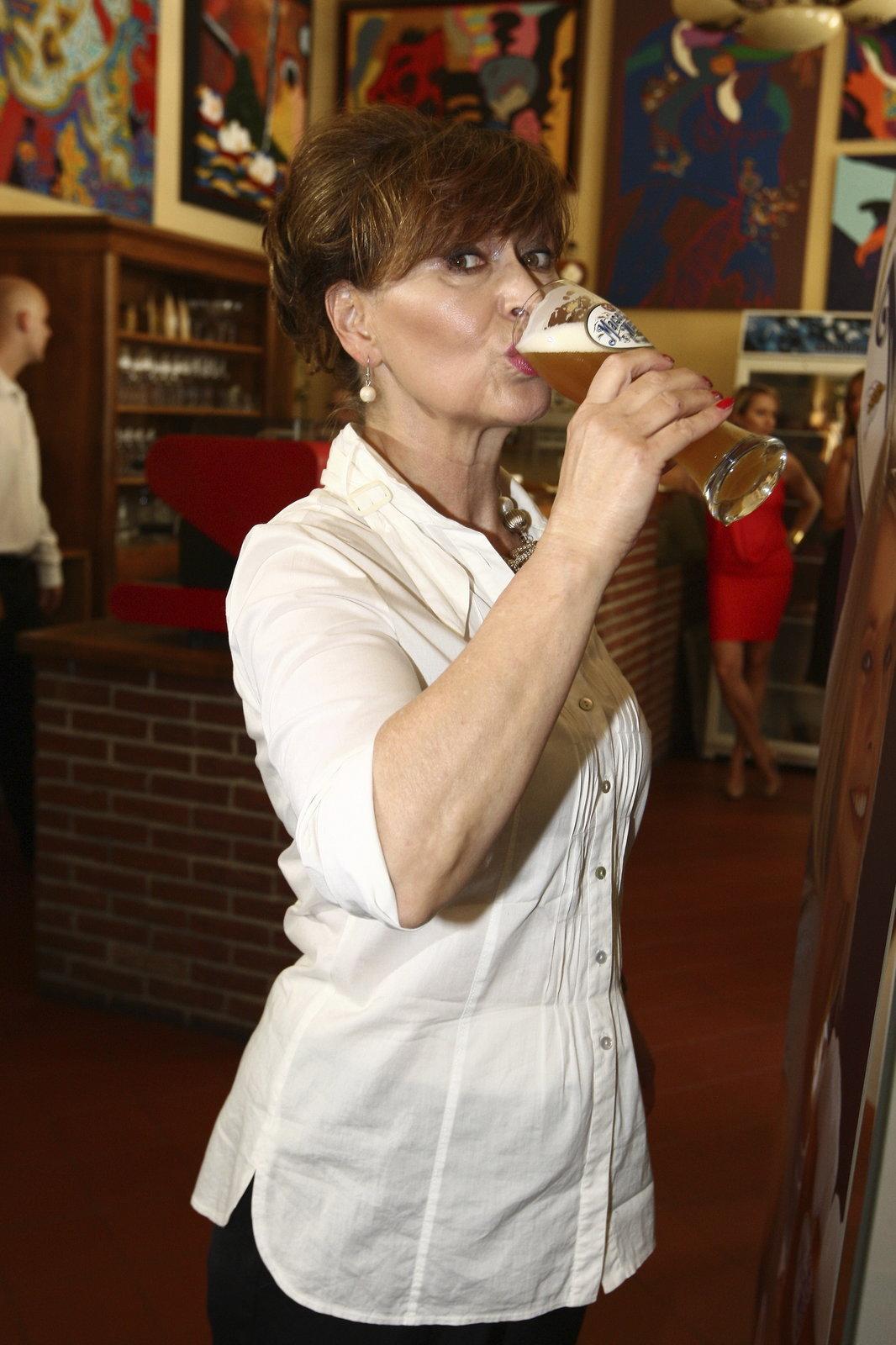 V horkém letním dnu Petře vychlazené pivo bodlo.