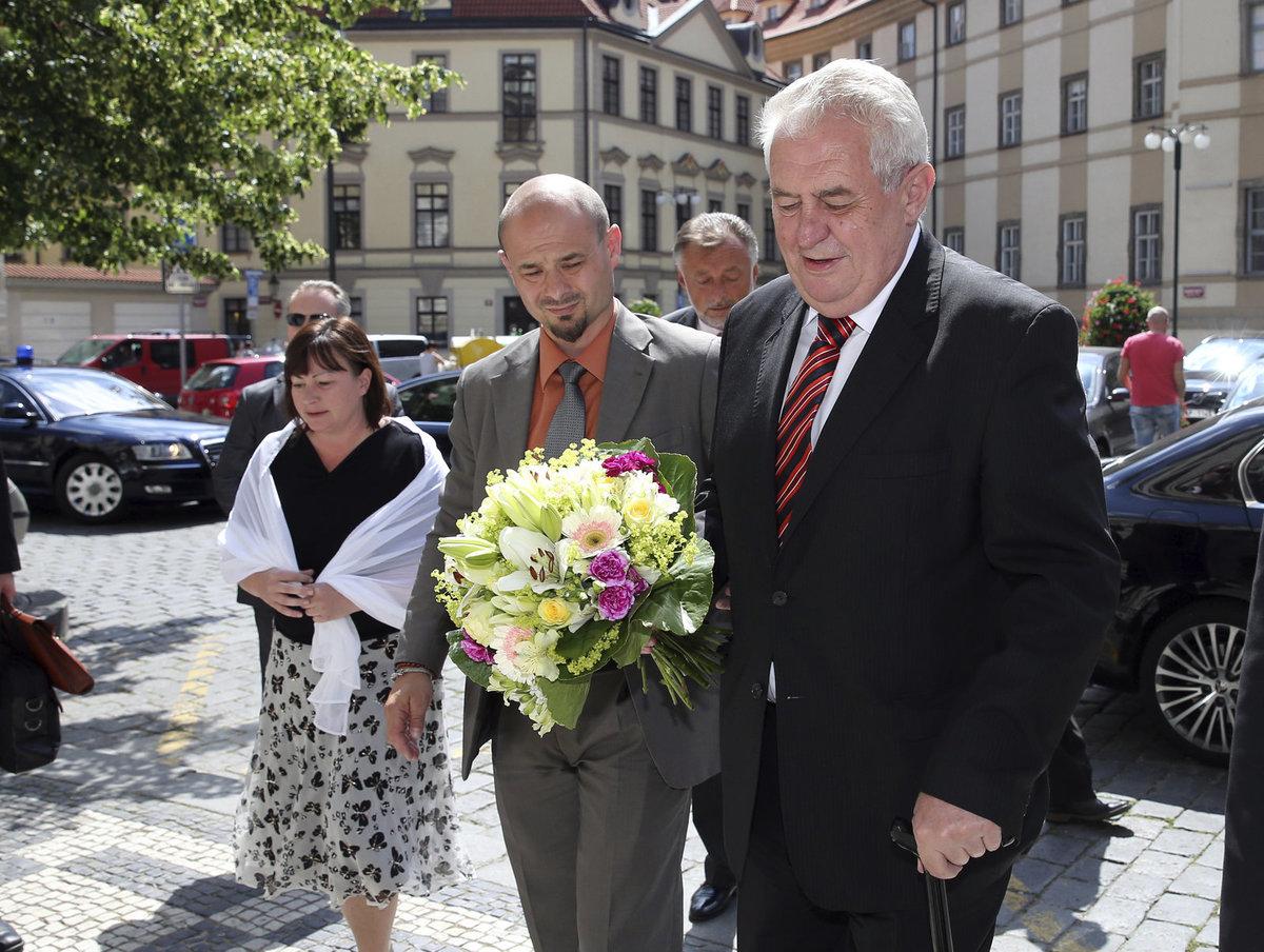 Miloš Zeman s kytičkou pro dceru Kateřinu