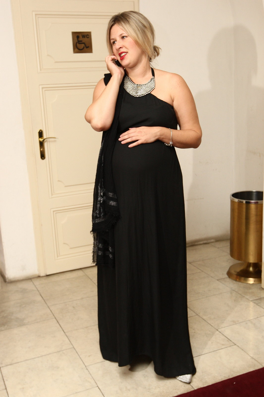 Tereza oblékla velké černé šaty. Výběr oblečení má teď omezený, do porodu jí zbývají už jen dny.