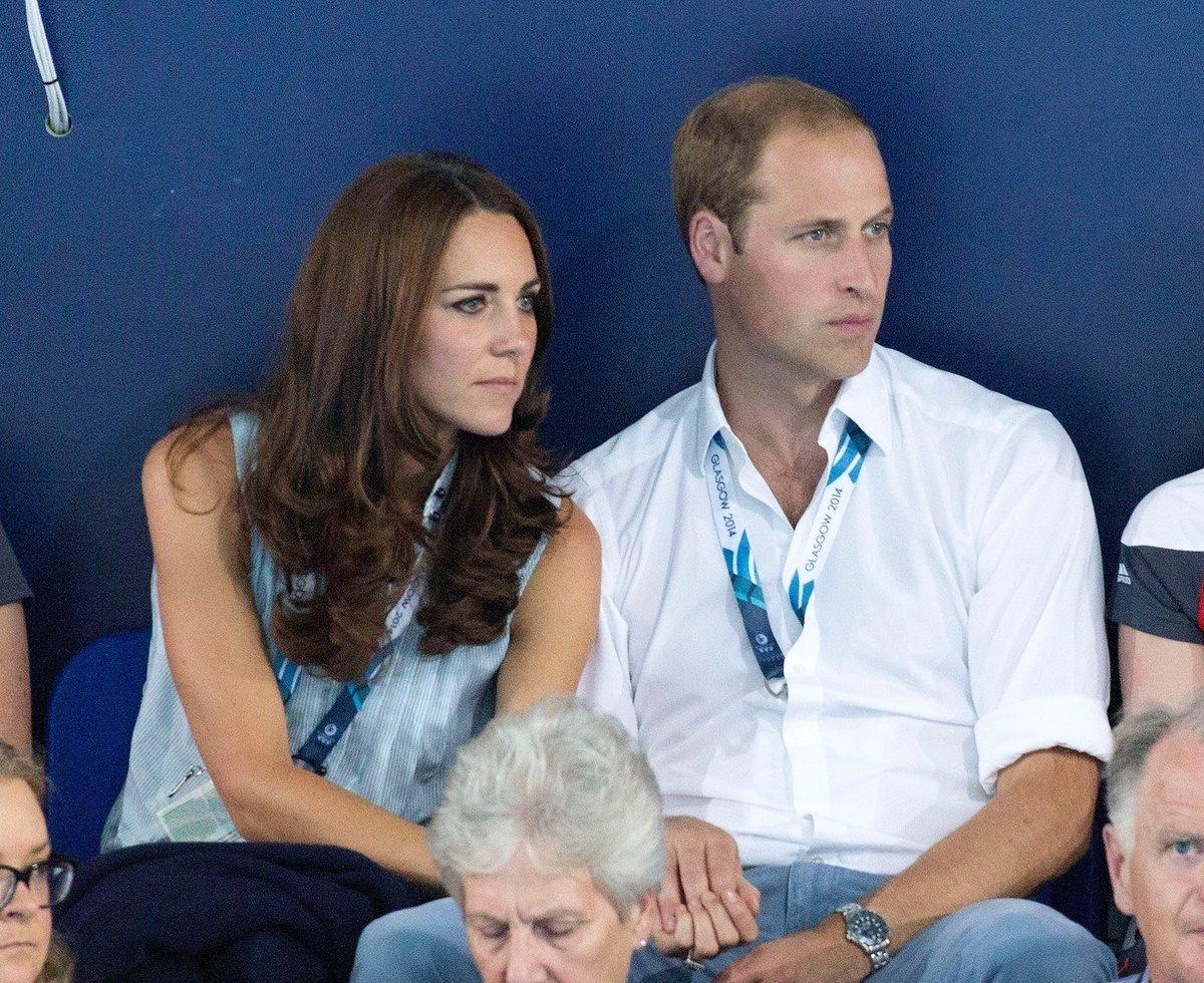 Kate měla ruku na princově stehně