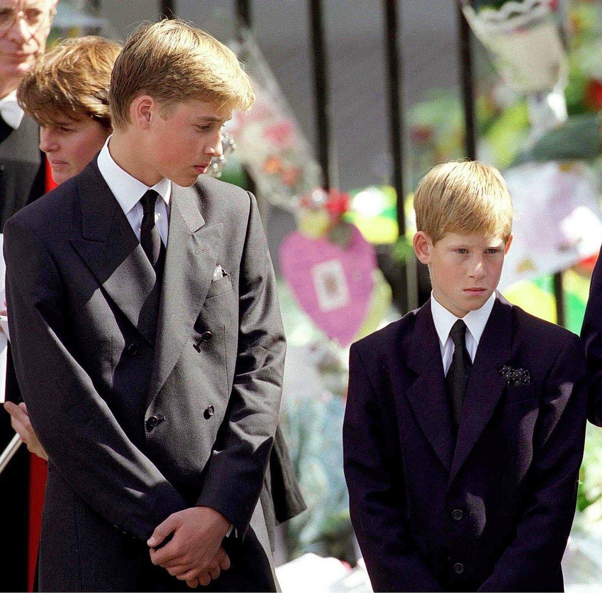Princové William a Harry na pohřbu své matky, princezny Diany. Zemřela při autonehodě v roce 1997