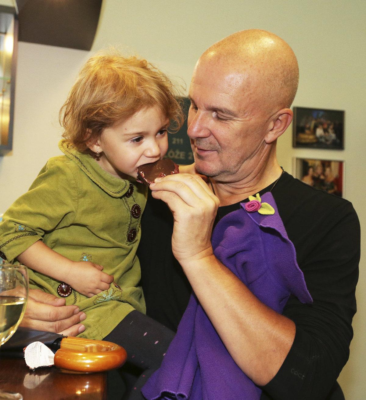 Soukup nakrmil svou dcerku čokoládou.