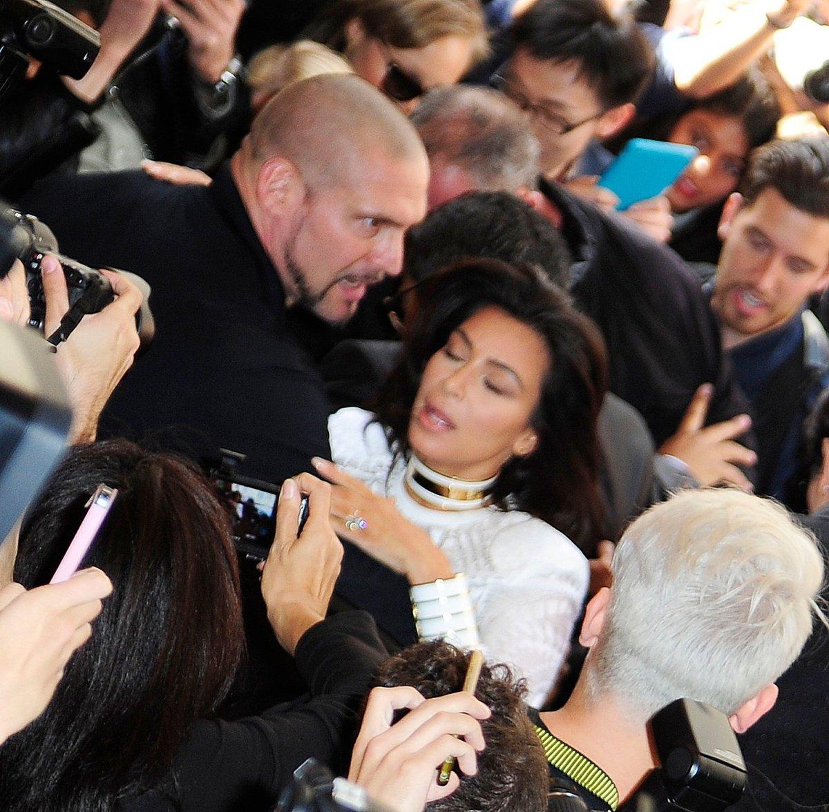 Jeden fanoušek chytil Kim za vlasy a snažil se jí stáhnout dolů.