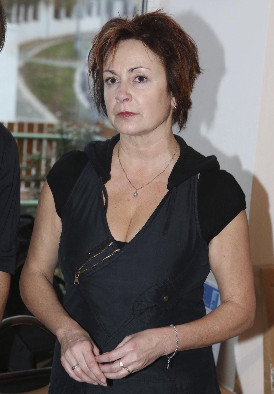 Vdova Svobodová přijela na pohřeb taxíkem.