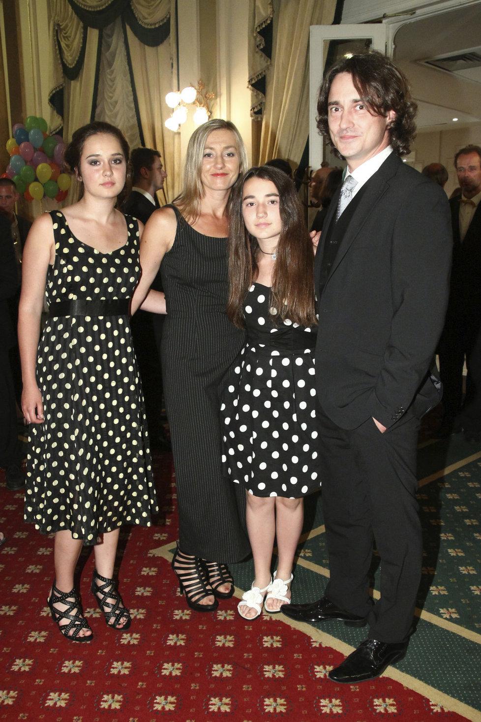 Ještě jako šťastná rodinka - Saša Rašilov, manželka Vanda Hybnerová a obě jejich dcery.