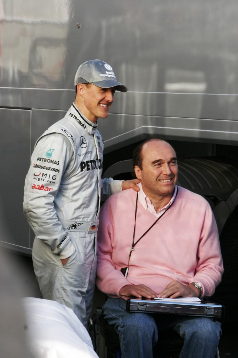 Michael Schumacher s Philippem Streiffem pózují fotografům ve Španělsku v roce 2010