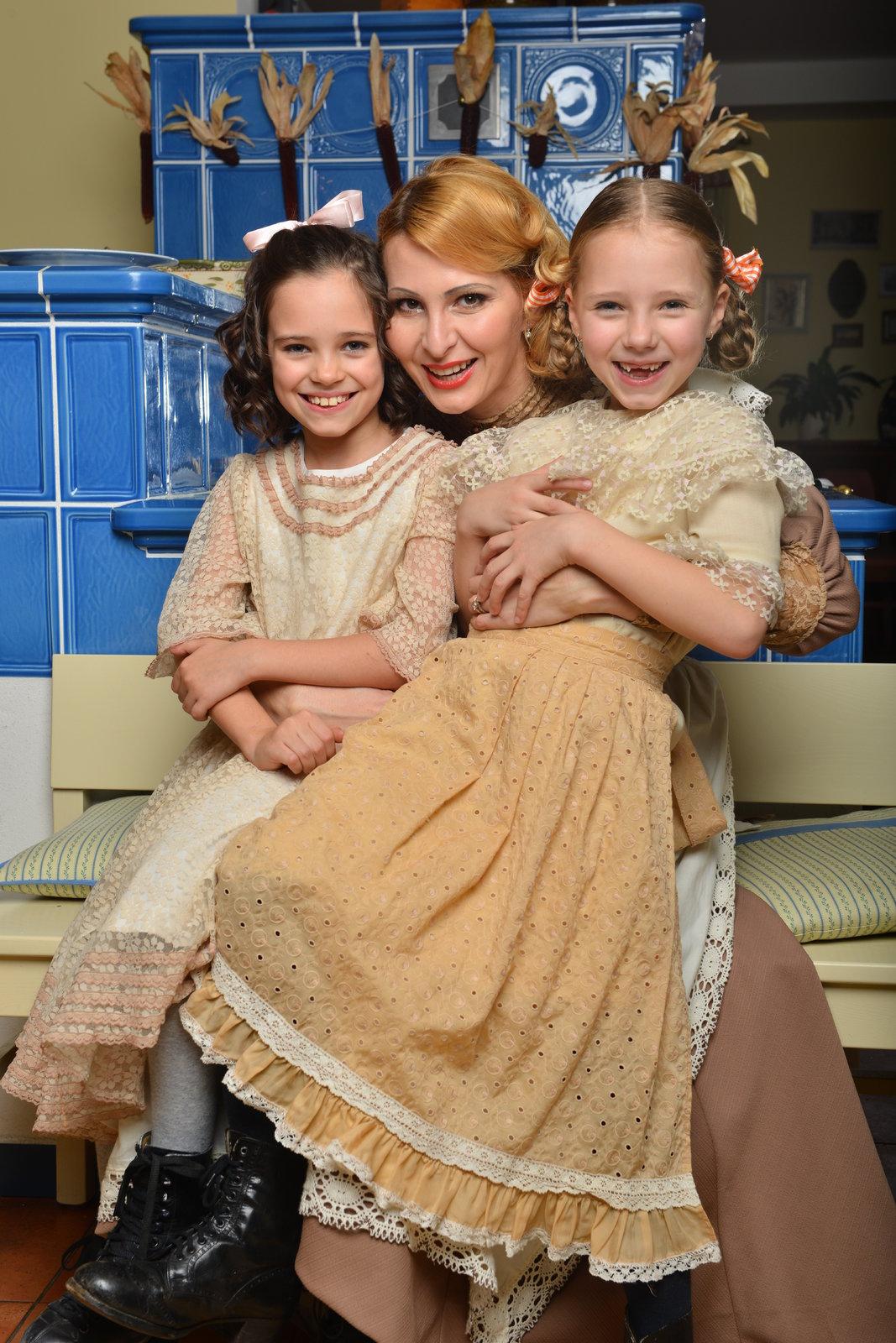Gottovy dcery Charlottka (8) a Nellinka (6) a hned se oblékly do zástěr. Za malou chvíli už se na kamnech prášilo od mouky, když válely rohlíčky a dávaly je na plech. Bylo vidět, že to nedělají poprvé.