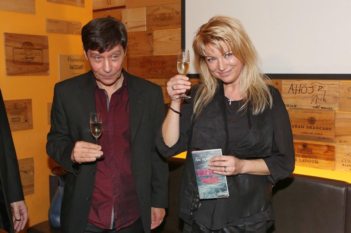 Eva Vejmělková s Pavlem Křížem při křtu knihy Růžové moře.