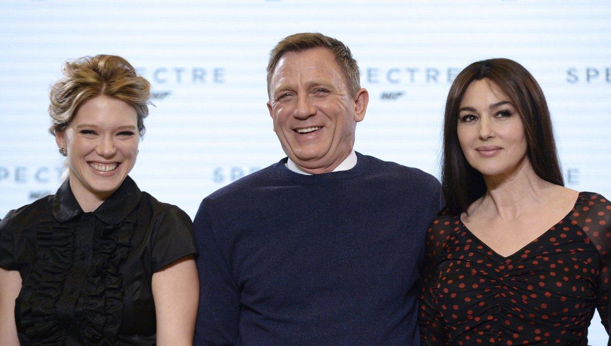 Agent 007 po boku nových Bondgirls.