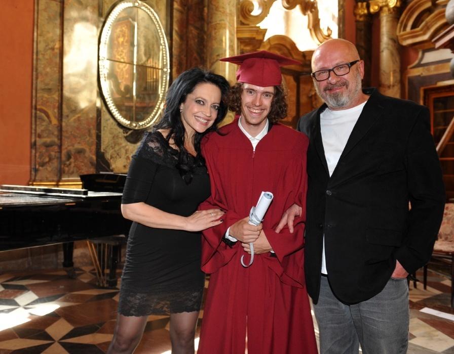 Filipa po maturitě doprovodili oba rodiče – Lucie Bílá a Petr Kratochvíl