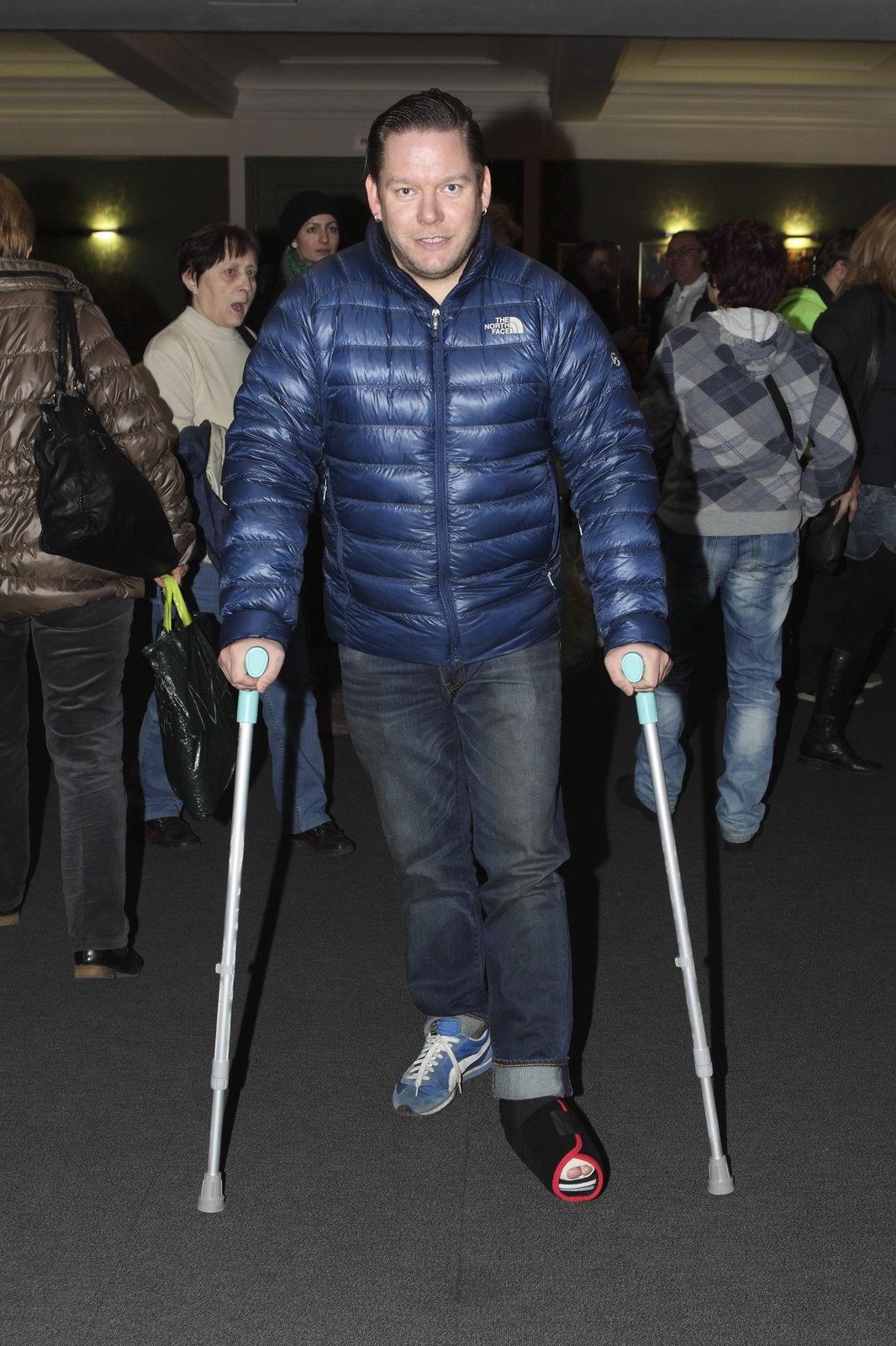 Matěj Ruppert si zlomil nohu, když skákal do davu lidí.
