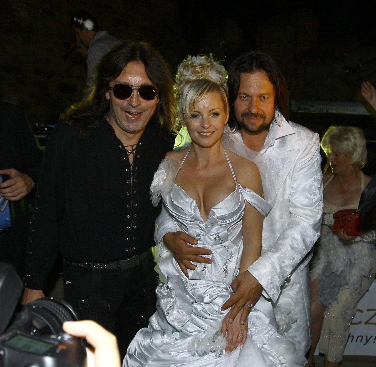 Aleš Brichta s novomanželi