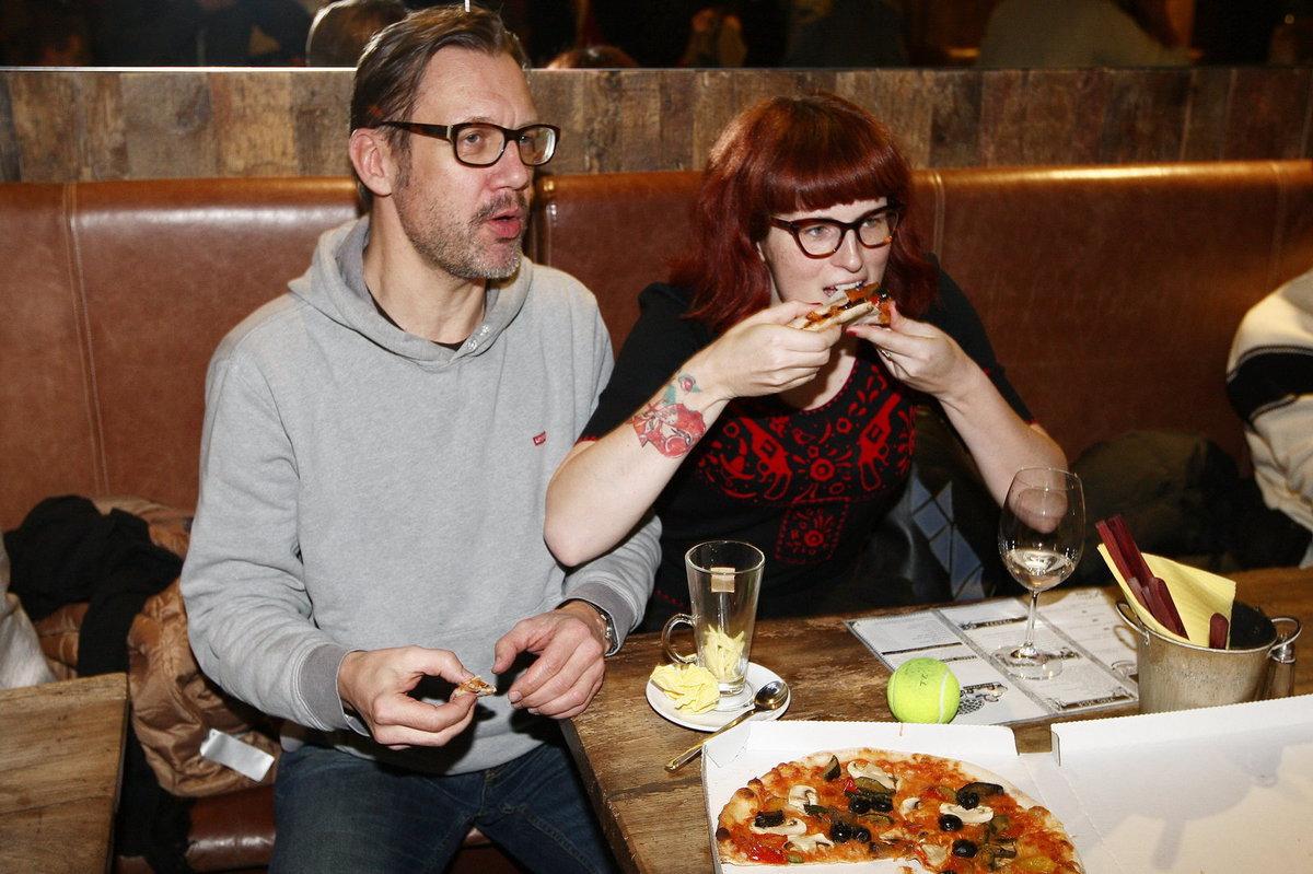 Zamilovaná dvojice David Matásek a Eva si pochutnávala na pizze.