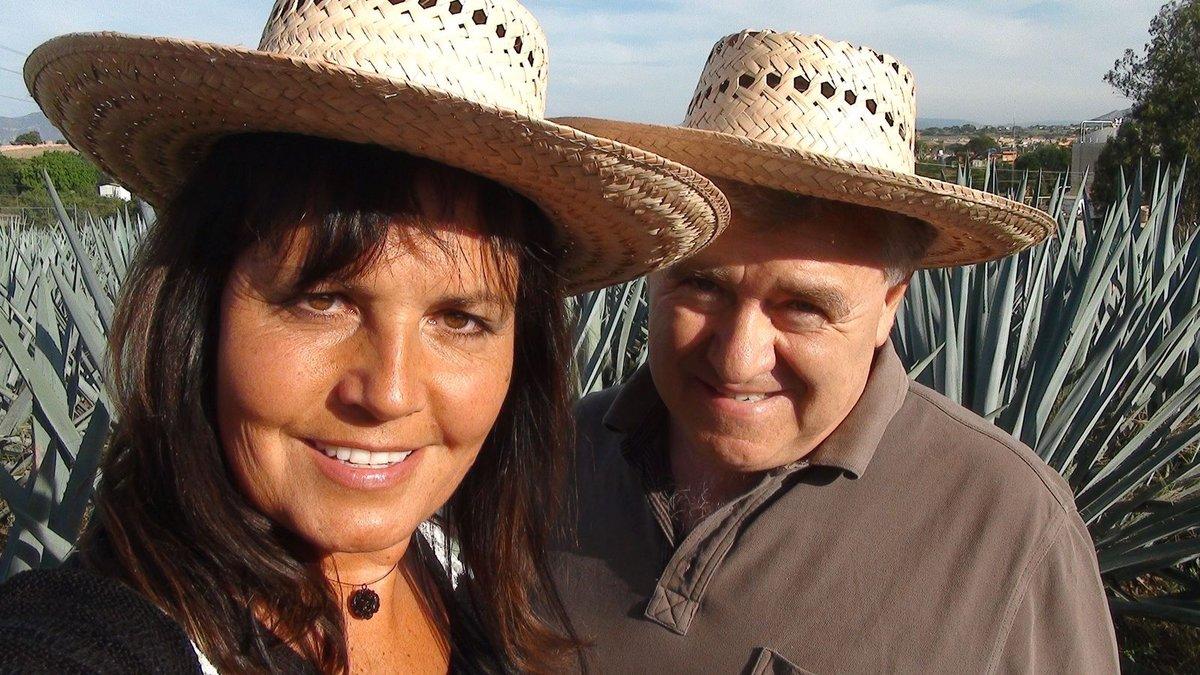 Eva se s Vaškem nechali zvěčnit ve stylových kloboucích.