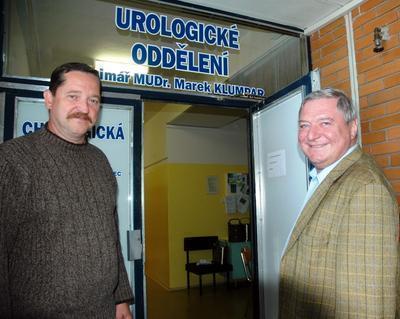 Miroslav Šlouf (vpravo) a Dalibor Štambera jdou na urologické oddělení znojemské nemocnice navštívit expremiéra Miloše Zemana, který se dnes ráno po ledvinové kolice podrobil drobnému chirurgickému zákroku