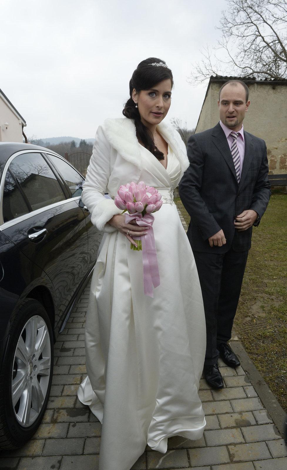 Svatba kancléře Mynáře s krásnou Alex: Nevěsta přijela mercedesem