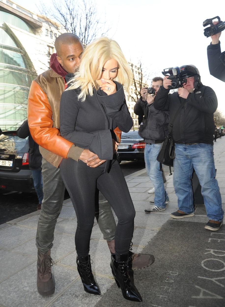 Kanye musí pořád na Kim sahat.