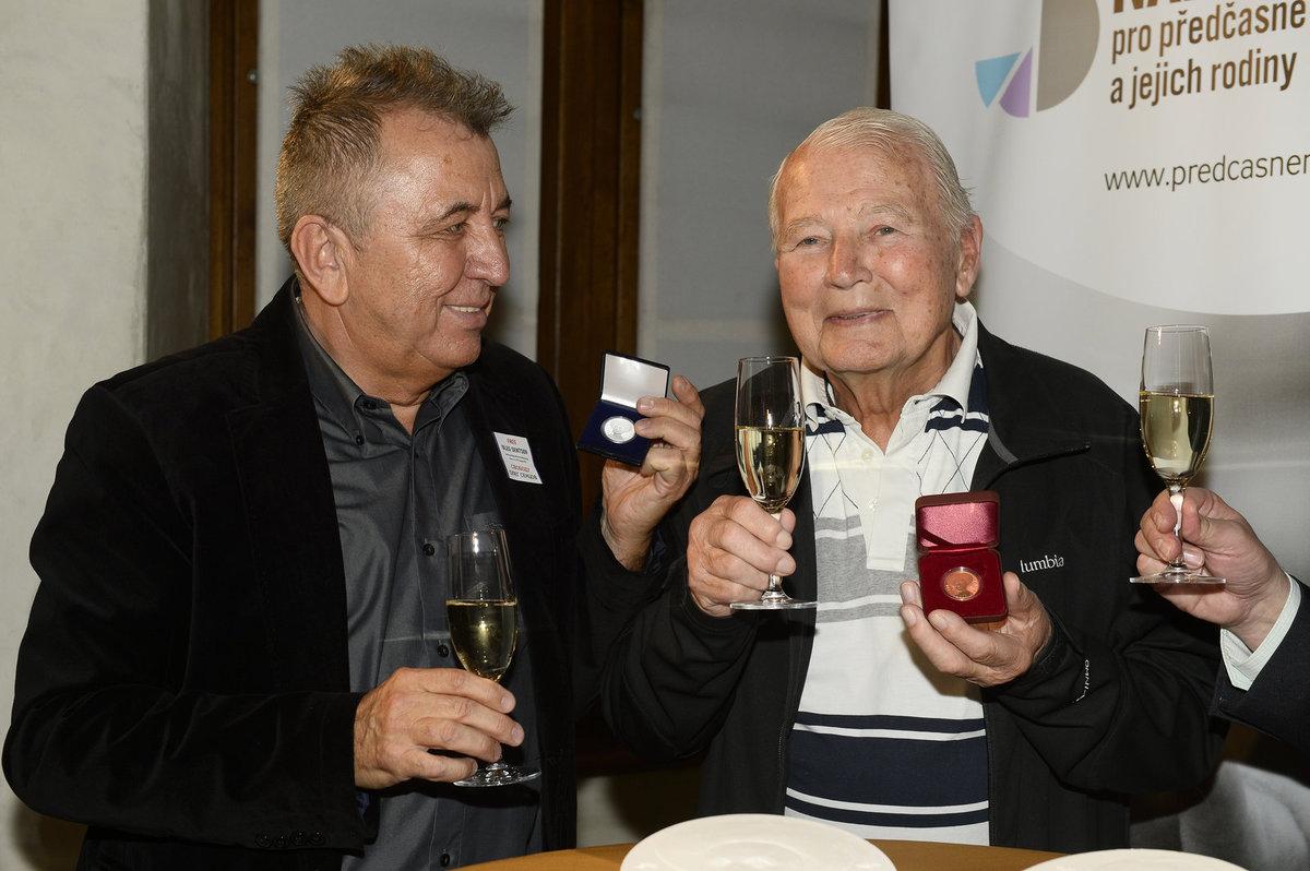 Karel Fiala s prezidentem Febiofestu Fero Feničem při křtu svých medailí.