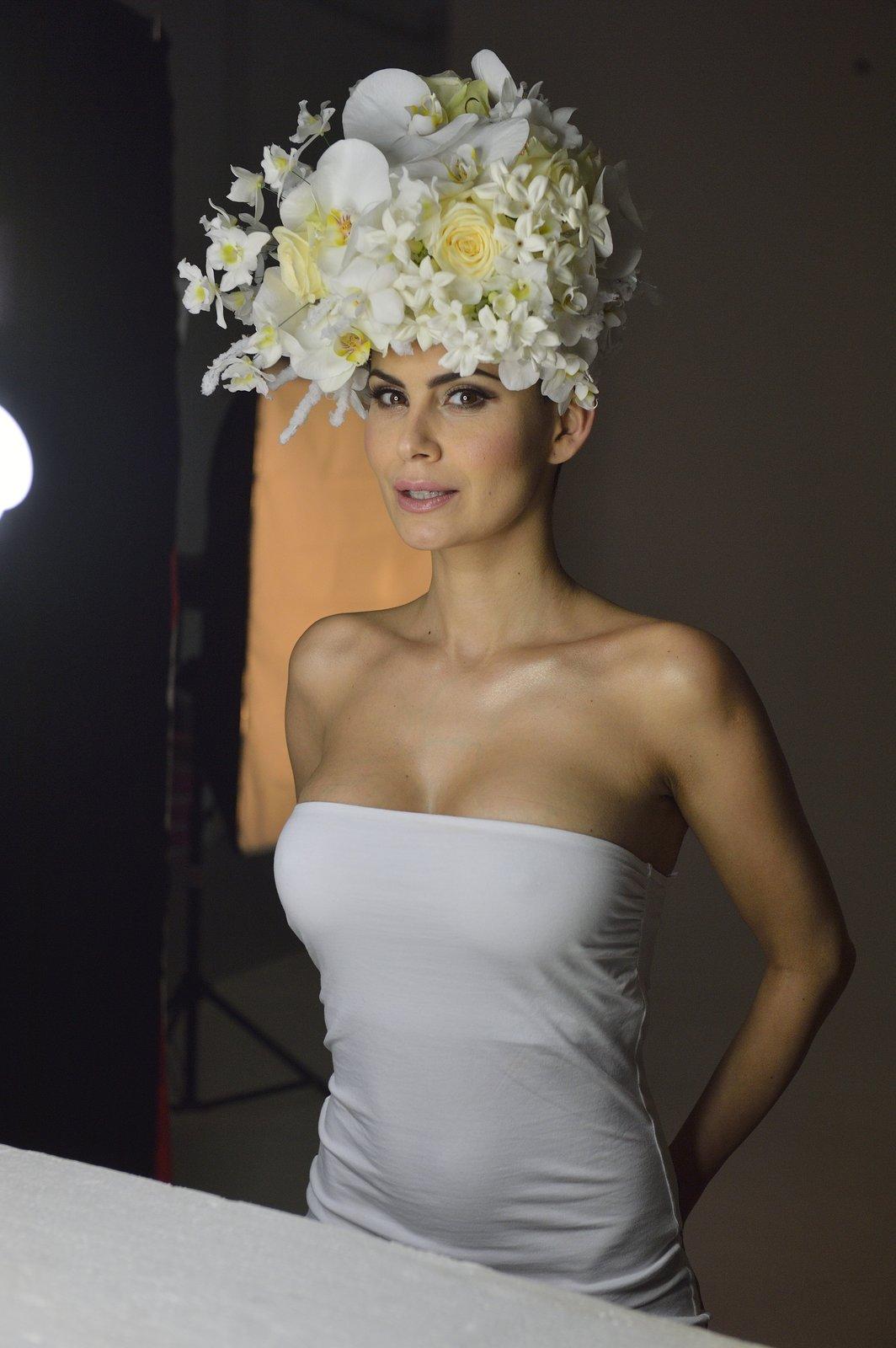 Vlaďka se poprvé od zákroku svlékla před fotografem. Na hlavě měla jen obří květinovou konstrukci.