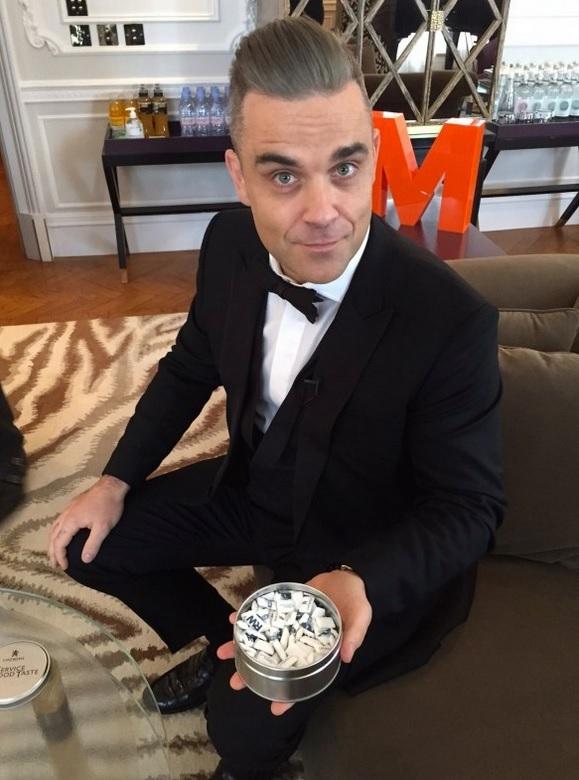 Robbie Williams si před koncertem v Krakově vychutnal žvýkačku se svými iniciály.
