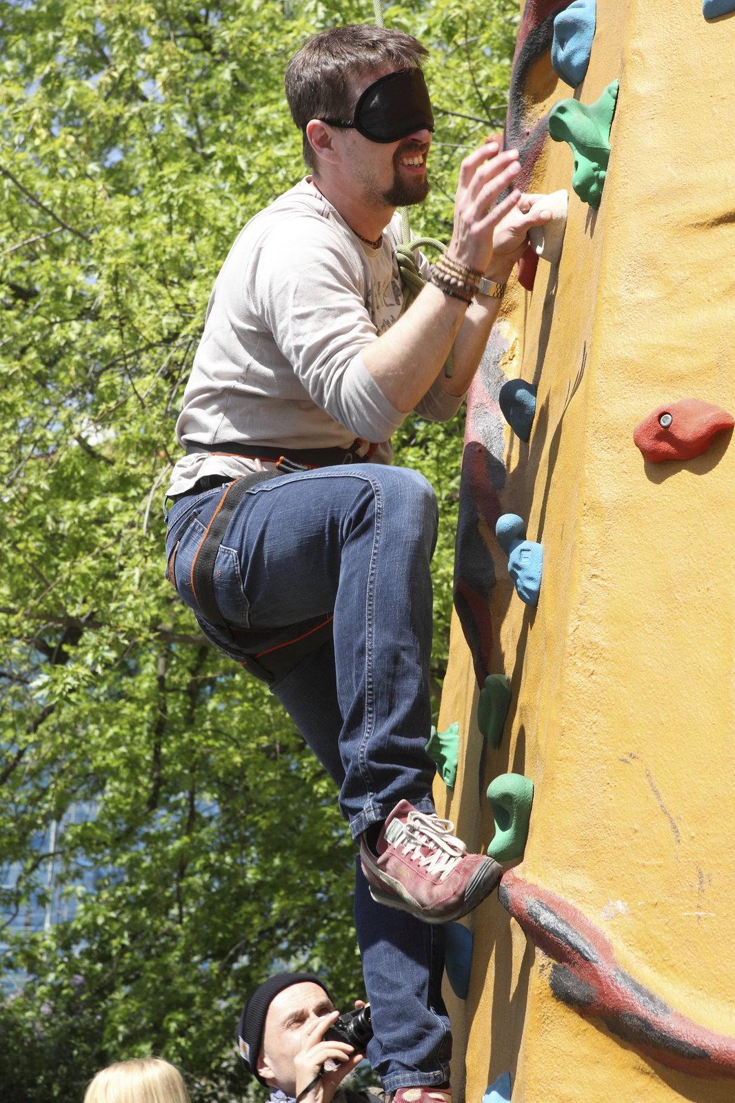 Jan Dolanský lezl po stěně s páskou přes oči.
