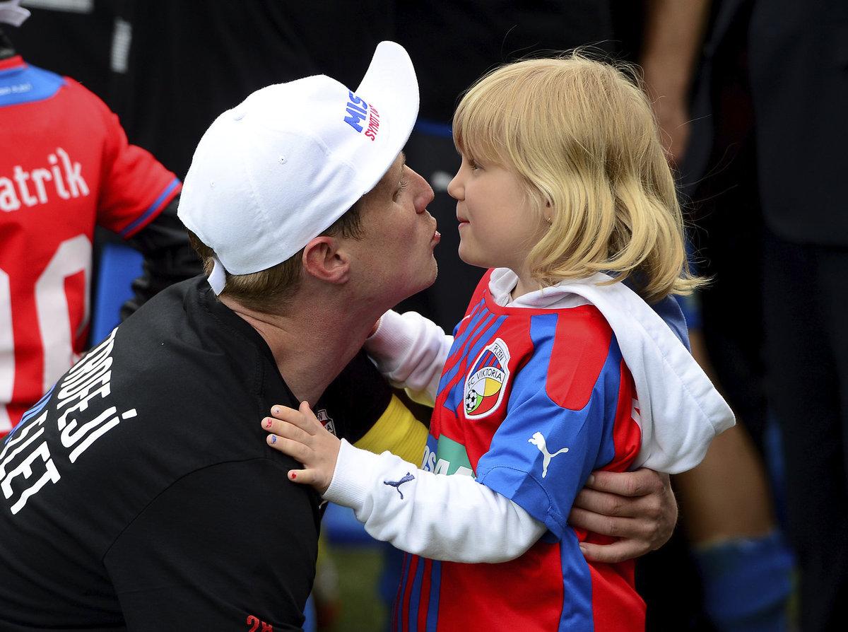 David Limberský se po zisku titulu raduje se svou dcerou