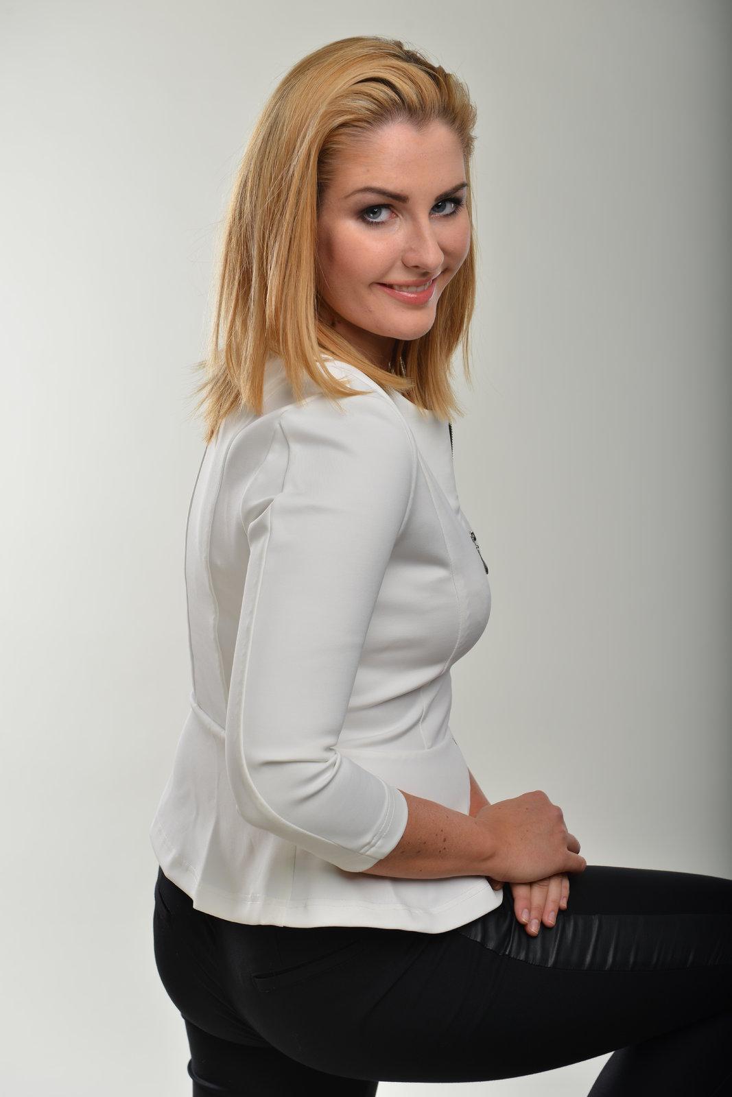 Kate jako dlouhovlasá blondýnka pár měsíců před zvolením jejího táty prezidentem. (leden 2013)