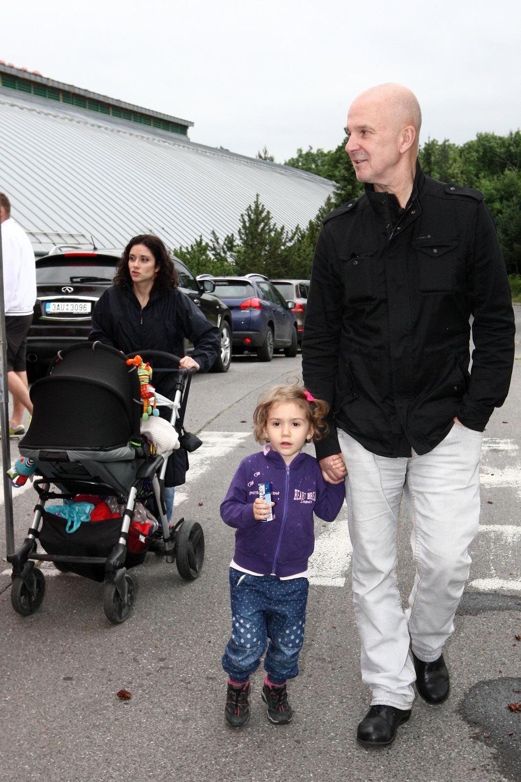 Soukup vede dceru Rebeku za ruku, Lucia Šoralová tlačí kočár se synem Ondřejem.