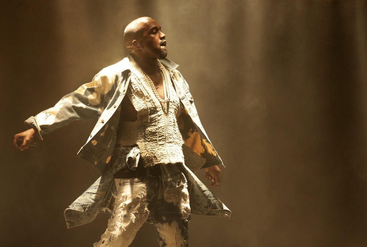 Rapper Kanye West na festivalu v Glastonbury.
