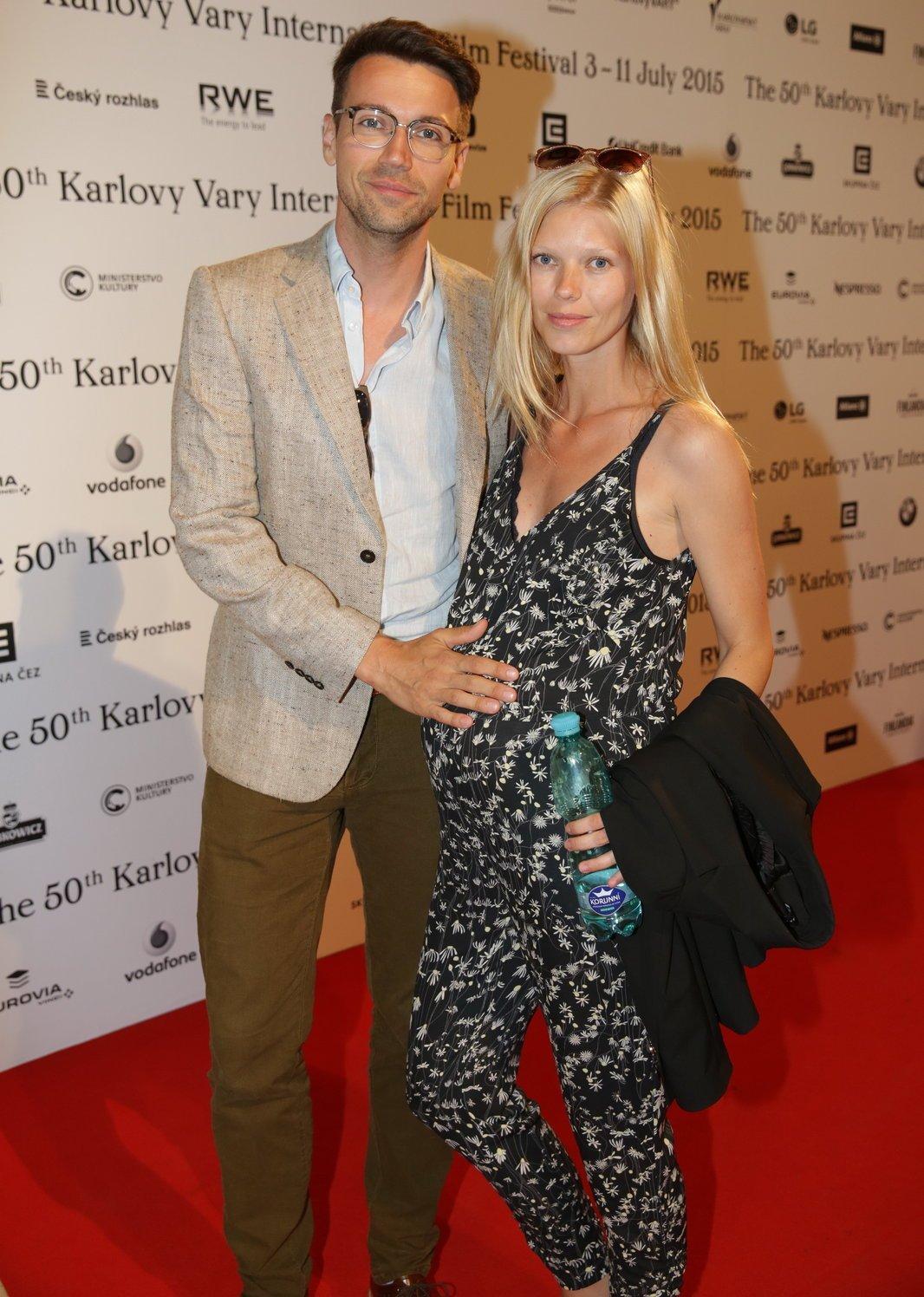 Lukáš Hejlík s manželkou Veronikou, která je v osmém měsíci.