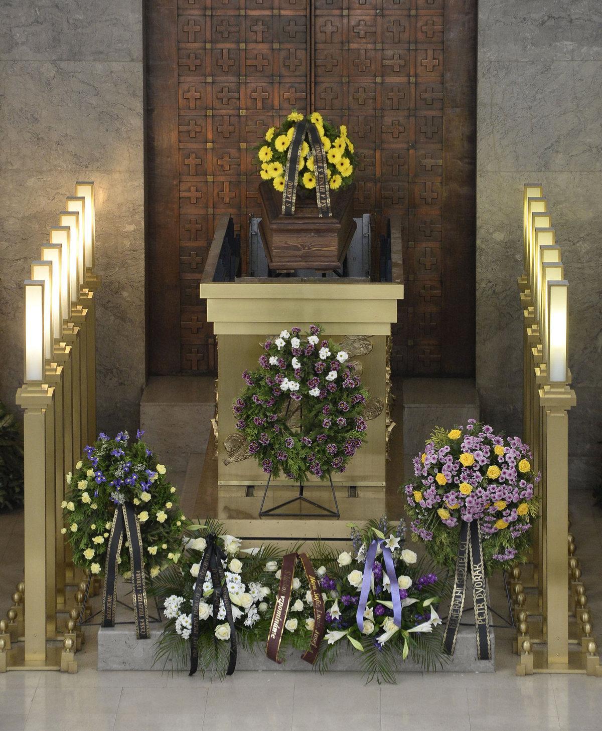 Na katafalku byl vedle květinových darů od rodiny také věnec od České televize.